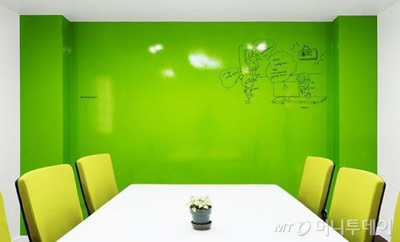 화이트보드 기능을 가진 삼화페인트의 스케치페인트 시공 모습/사진제공=삼화페인트