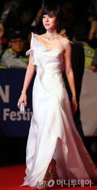 제14회 부산국제영화제에서 맥앤로건의 드레스를 입은 배우 임수정/사진=머니투데이 DB
