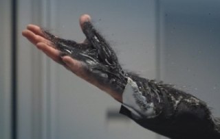 터미네이터 제니시스의 한 장면, 로봇 팔의 인공피부가 외부 충격에 의해 훼손되는 장면/사진=롯데엔터테인먼트