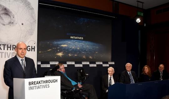 (왼쪽부터) 인터넷 투자자 유리 밀너, 물리학자 스티븐 호킹, 천체 물리학자 마틴리스, SETI 연구 선구자 프랭크 드레이크, 코스모스 스튜디오 앤 Druyan의 공동 설립자이자 CEO, UC 버클리 천문학 교수 제프 마시