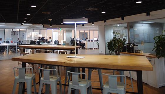 사무실 중앙에 있는 카페테리아 '마을회관'으로 불린다. 커피머신과 음료 무제한 이용이 가능하다.
