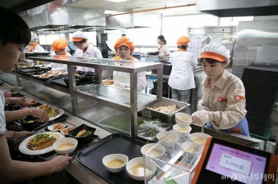 '리필' 밥으로 끼니 해결하는 친구 본 대학생 350명, 공강에 식당 가더니...