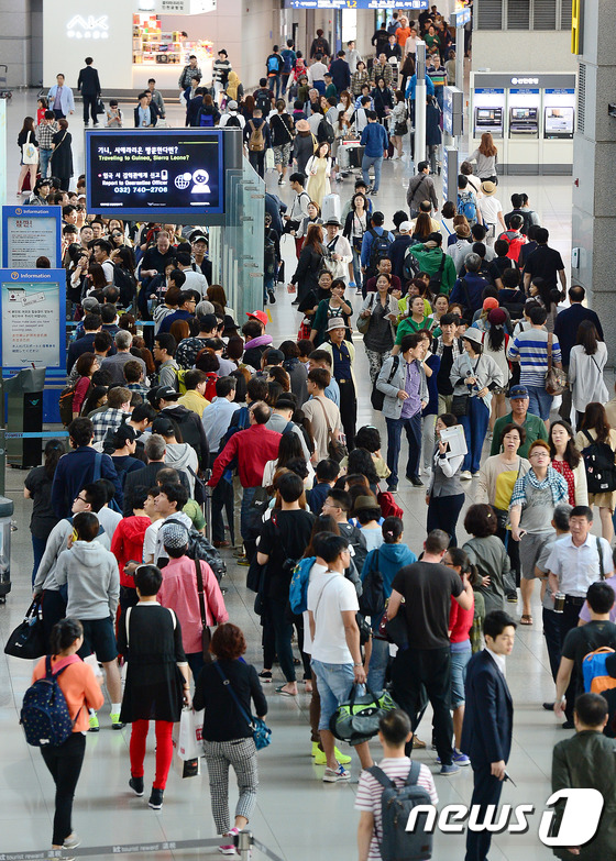 추석을 앞둔 24일 오전 인천국제공항 출국장이 여행객으로 붐비고 있다. /사진= 뉴스1