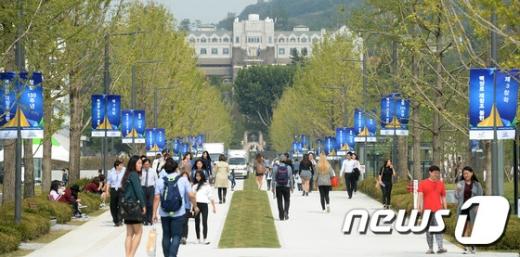 7일 서울 서대문구 연세대학교 신촌캠퍼스에서 학생들이 새롭게 단장한 백양로를 걷고 있다. /뉴스1 © News1 구윤성 기자