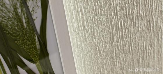 천연벽지로 시공한 벽 이미지