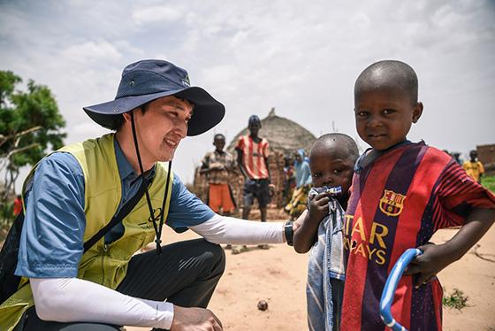 굿네이버스는 전 세계 소외된 이웃을 위해 해외구호개발사업을 진행하고 있다. 굿네이버스 직원이 니제르 아동을 만나고 있는 모습. /사진제공=굿네이버스