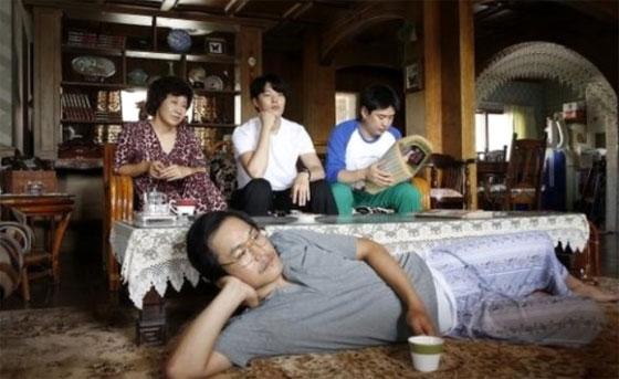 드라마 '응답하라 1988' 측이 공개한 '성균이네' 집 사진. 고급스러워 보이는 양옥에, 마룻바닥에는 큰 양탄자도 깔려있습니다.
