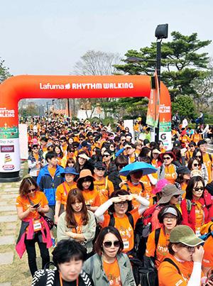 지난 4월 열린 프랑스 정통 아웃도어 브랜드 라푸마(Lafuma)의 '리듬워킹' 행사에는 3000여이 참가해 성황리에 개최됐다./사진제공=LF