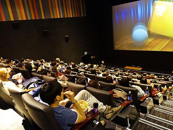 사내 문화활동의 날(MDAY) 영화감상을 하는 직원들./사진제공=세아상역