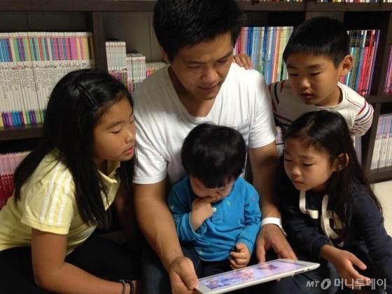 '아이윙'으로 아이들과 함께 동화를 녹음하고 있는 모습/사진제공=엠플레어