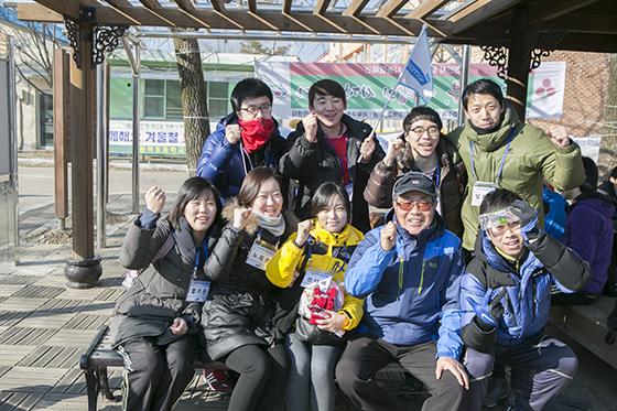 윤동한 회장과 신입사원들의 행군 모습./사진제공=한국콜마