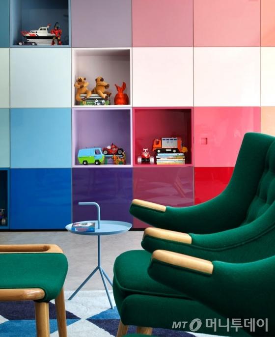 다양한 색상과 조화를 이루는 핑크색 수납장 이미지