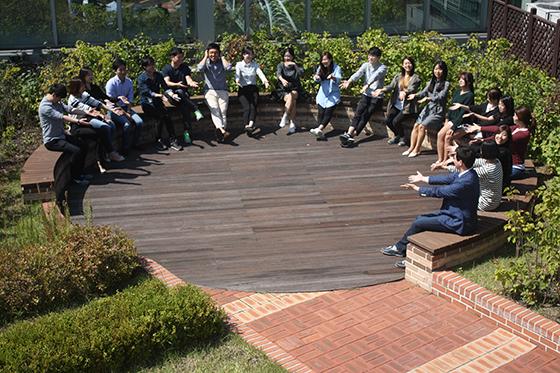 신혜성대표와 직원들이 함께 게임을 즐기고 있다. /사진제공=와디즈