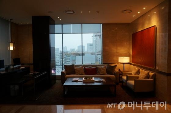 17층에 로비가 위치해 서울 주변 전망을 감상하기 좋다. 한켠에는 비즈니스센터와 휴식공간이 마련돼 있다/사진=이지혜 기자