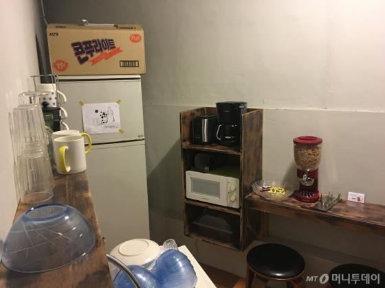 빵과 씨리얼, 우유, 주스 등 간단한 조식을 무료로 제공한다/사진=이지혜 기자