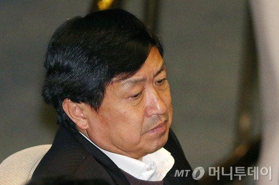 아들 로스쿨 청탁 의혹을 받고 있는 새정치민주연합 신기남 의원이 11월30일 오후 국회 본회의장에서 굳은 표정으로 회의에 참석하고 있다. 사진=뉴스1.