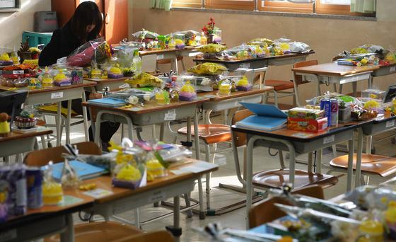 세월호 참사 600일인 6일 오후 경기도 안산시 단원고등학교에서 4.16가족협의회 및 시민들이 교실을 살펴보고 있다./사진=뉴스1