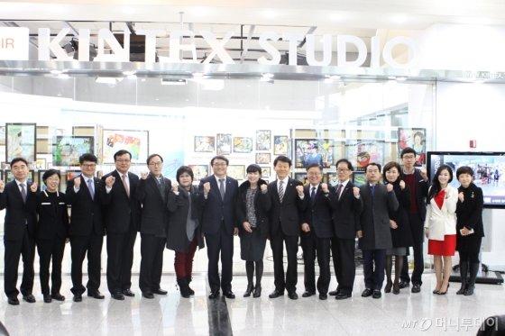 한국폴리텍대학(이사장 이우영, 좌측에서 일곱번째)이 10일 오전 킨텍스TV 스튜디오에서 미래내모습그리기대회 수상작 전시관 개막식을 갖고 기념촬영을 하고 있다./사진=폴리텍대<br>