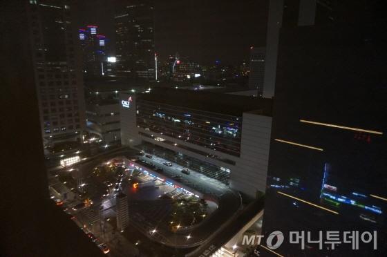 1808호 객실 통창을 통해 본 도심공항터미널 모습/사진=이지혜 기자