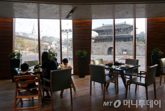 뷔페 레스토랑 타볼로24에서 보이는흥인지문 전망/사진=이지혜 기자