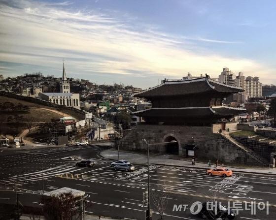 505호 객실에서 바라본 아침 흥인지문 풍경/사진=이지혜 기자