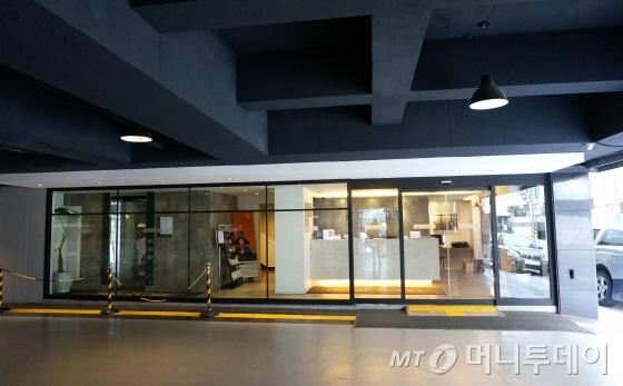 리모델렝한 로비 프론트데스크가  부티크 호텔을 연상케 한다/사진=이지혜 기자
