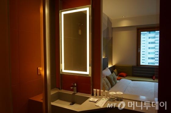 욕실과 객실 사이에 미닫이문을 설치해 공간이 개방적이다. 칫솔치약을 무료로 제공해 따로 챙겨가지 않아도 된다/사진=이지혜 기자