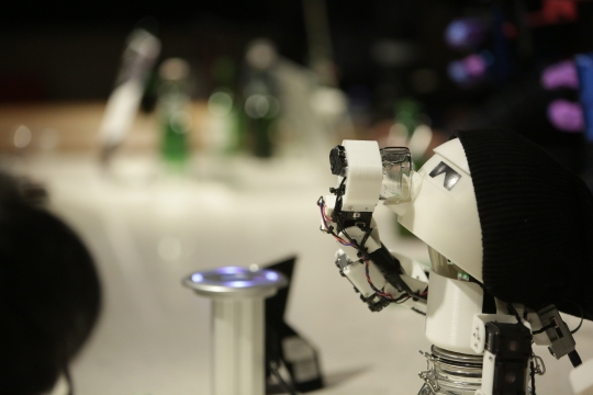 술 마시는 로봇 '드링킹'/사진=아트센터 나비