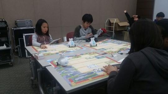 전국 144개 초등학교를 대상으로 진행된 로봇을 통한 SW코딩교육 현장/사진=SK텔레콤 <br>