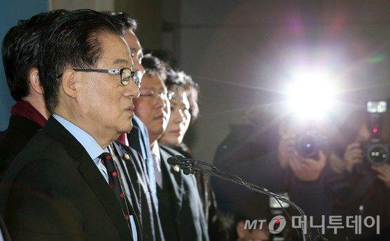 더불어민주당 박지원 의원이 22일 서울 여의도 국회 정론관에서 기자회견을 열고 탈당을 공식 선언하고 있다. 박 전 원내대표는 향후 제3지대에 머물면서 분열된 야권을 통합하기 위한 작업에 나서기로 한 것으로 알려지고 있다. 2016.1.22/뉴스1  <저작권자 © 뉴스1코리아, 무단전재 및 재배포 금지>