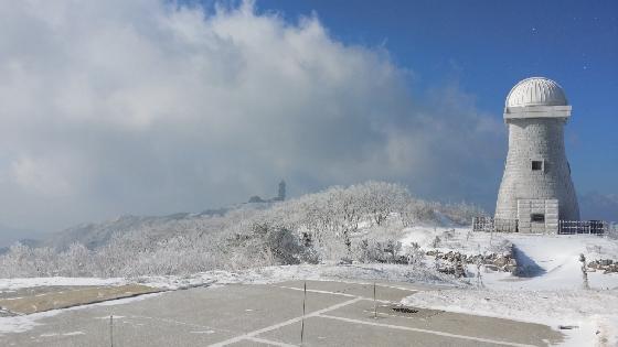 소백산 천문대 마당에 세워진 첨성대 조형물. 천체를 관측하는 망원경은 마주본 위치에 연구동에 돔 지붕 아래 설치돼있다. 2015년 1월. 갤노트3/사진=신혜선 부장