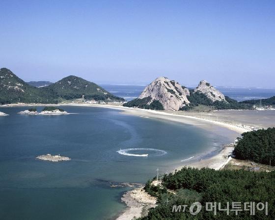 한국관광공사가 2월의 '걷기좋은길'로 선정한 전북지역 '구불길 8코스 고군산길'. /사진제공=한국관광공사