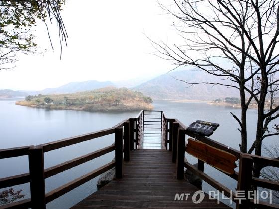 한국관광공사가 충북지역 1위 걷기좋은길로 선정한 '산막이옛길'. /사진제공=한국관광공사