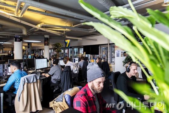 네덜란드 디지털 콘텐스 제작업체 '미디어몽크스'에는 본사를 포함한 전 세계 7개 지사에 26개 국적의 직원들이 일하고 있다./사진제공=미디어몽크스(MediaMonks)