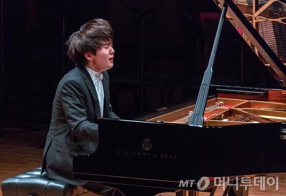 한국인 최초로 쇼팽 국제 피아노 콩쿠르에서 우승한 피아니스트 조성진(21)이 2일 오후 2시 '제17회 쇼팽 국제 피아노 콩쿠르 우승자 갈라 콘서트' 무대에서 연주하고 있다. 그는 이날 녹턴 13번, 환상곡 바단조, 폴로네이즈 '영웅'을 선보였다. /사진제공=크레디아
