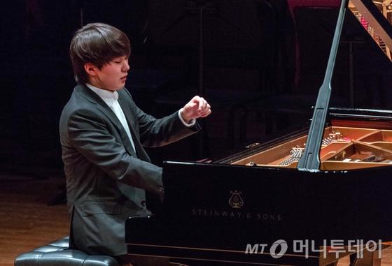 한국인 최초로 쇼팽 국제 피아노 콩쿠르에서 우승한 피아니스트 조성진(21)이 2일 오후 2시 '제17회 쇼팽 국제 피아노 콩쿠르 우승자 갈라 콘서트' 공연에서 연주하고 있다. /사진제공=크레디아