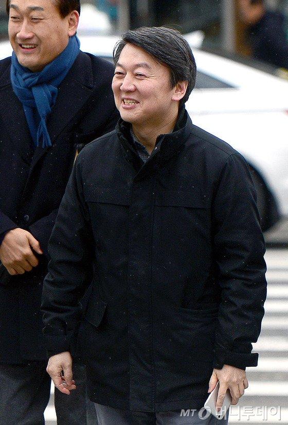 안철수 국민의당 공동대표가 14일 오후 서울 노원구 수락산디자인거리를 방문하고 있다. 2016.2.14/뉴스1  <저작권자 © 뉴스1코리아, 무단전재 및 재배포 금지>