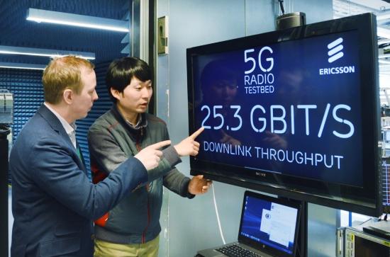 KT는 최근 스웨덴 에릭슨 본사에서 현지 연구소와 협력해 세계 최초로 25.3Gbps 속도의 무선 데이터 전송에 성공했다고 18일 밝혔다(사진제공= KT)