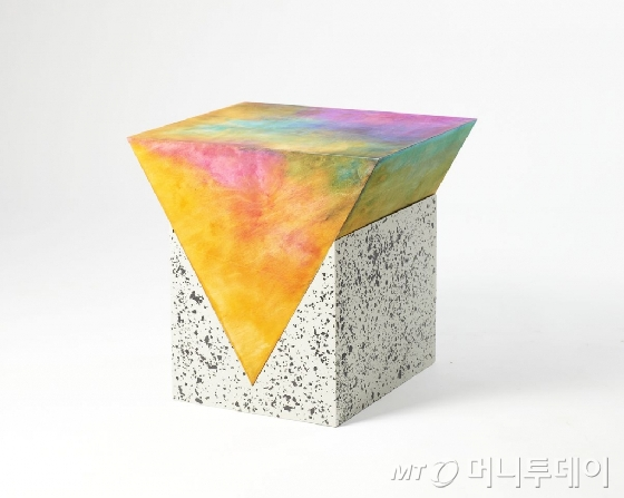 프레데릭 폴슨의 작품인 'Occasional Table from the PRISM Series'.