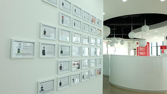 액자로 제작된 직원들의 비전선언문./사진제공=위드이노베이션