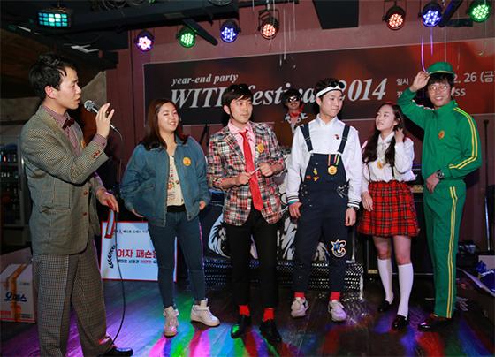 지난해 연말 개최한 송년회 모습. 복고를 컨셉으로 한 코스튬플레이도 열렸다. /사진제공=위드이노베이션