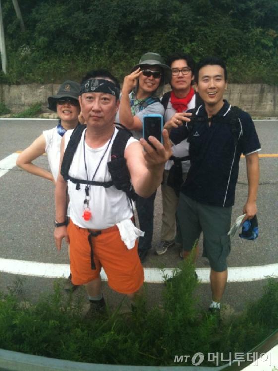 박용만 (주)두산 회장이2010년 강원도 장평-진부 구간 트래킹을 마치고 임직원들과 기념촬영을 했다.