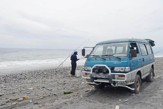 대만 동남쪽 지역, 타이동의 바다에서 만난 한 강태공이 미니버스 앞에서 물고기를 낚고 있다. /사진=김유진 기자