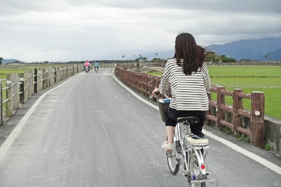한 여행자가 자전거를 타고 타이동 북쪽의 지상(池上) 지역의 자전거도로를 달리고 있다. /사진=김유진 기자