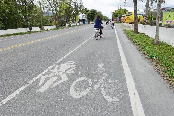 타이동의 국도에 붙어있는 자전거, 오토바이 전용 도로. 폭이 일반 차도의 2/3 정도다. /사진=김유진 기자