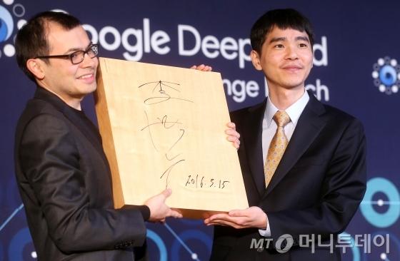 이세돌 9단이 인공지능 바둑 프로그램 알파고와의 세기의 대결을 마감한 가운데 15일 오후 서울 포시즌스호텔에서 시상식이 열리고 있다.