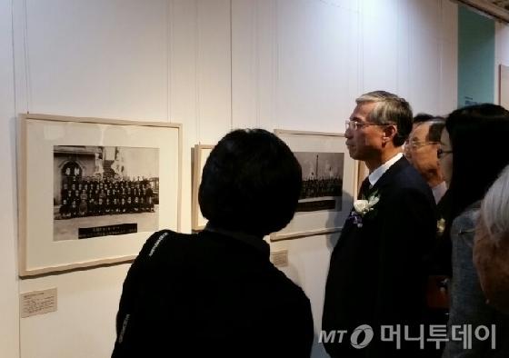 24일 오후 2시 서울 세종문화회관에서 열린 사진전 '대한민국임시정부-제국에서 민국으로' 개막식에 참석한 추궈홍 주한 중국대사가 전시를 관람하고 있다. /사진=김유진 기자