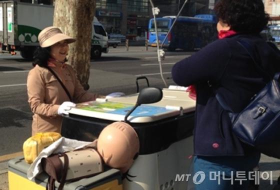 이영순씨가 강길자씨에게 KB국민은행이 회의중이니 잠시 뒤에 들어가라고 말하고 있다. /사진=신지수 기자