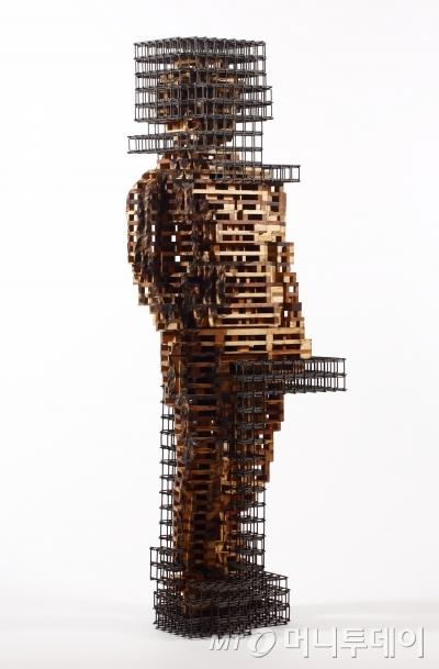 음정수의 '인생건축-여자1'. 나무, 철. 2014년작.