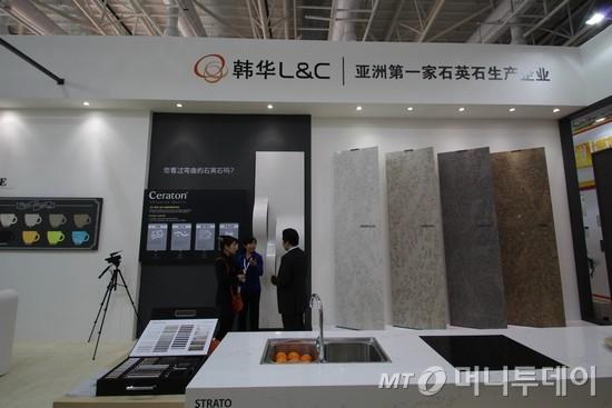지난달 중국 샤먼 석재박람회에 참가한 한화L&C는 휘는 돌 '세라톤'을 선보였다. 전시된 세라톤 앞에서 이야기를 나누는 관람객들의 모습/사진제공=한화L&C